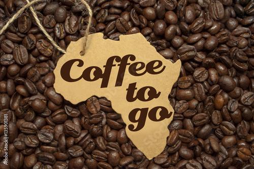 kaffeebohnen mit schild coffee to go kaffee zum mitnehmen stockfotos und lizenzfreie bilder. Black Bedroom Furniture Sets. Home Design Ideas