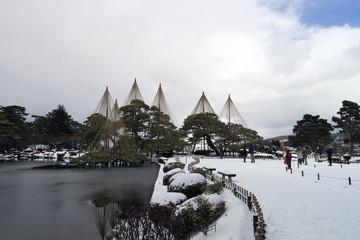 金沢 冬の兼六園 霞ヶ池と唐崎松