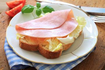 Brot mit Schinken und Salat