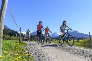 entspannte Radtour mit der Familie im frühlingshaften Oberallgäu
