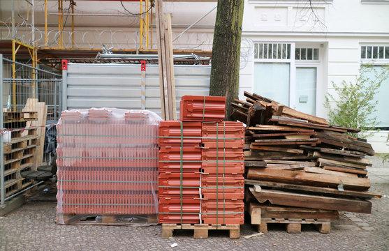 Baustelle mit Dachziegeln / Dachgeschossausbau