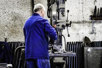 Arbeiten in der Metallbau Werkstatt Stahlbau schweißen