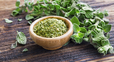 Photo sur Toile Condiment Fresh and dried oregano herb on wooden background