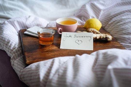Erkältungskrankheiten mit alternativen Hausmitteln wie Tee, Honig und Ingwer auskurieren