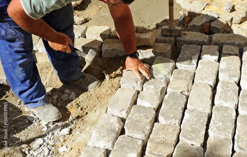 Pavimentado de una calle con adoquines de granito stock for Adoquines de granito