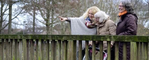 Senioren Häusliche Altenpflege Spazieren gehen Banner