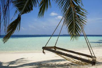 Panorama di un isola nel mar dei Caraibi con palme e un amaca sulla spiaggia