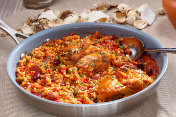 Chile con carne with chicken is on the pan.