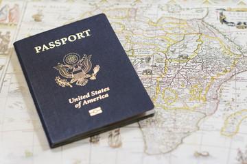 アメリカのパスポートとアンティークマップ