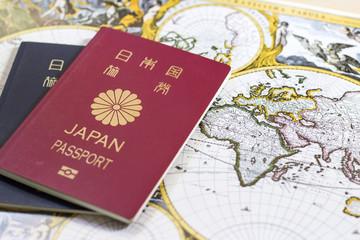 日本のパスポートとアンティークマップ