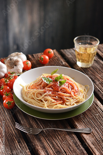 Foto: spaghetti with tomato sauce with parmesan cheese and basil