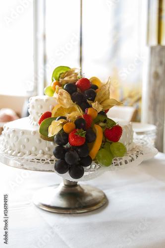 Hochzeitstorte Mit Viel Obst In Weiss Auf Sommerhochzeit Stockfotos