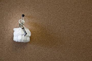 chiave antica appesa su lavagna di sughero