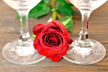 Happy Valentines Day: Rose and wine glasses on wooden background