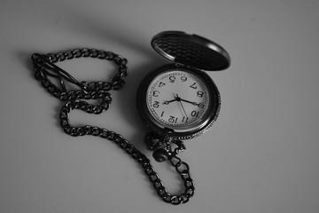 Старинные наручные часы (черно-белая фотография)