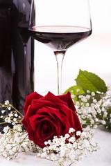 rosa rossa con calice di vino
