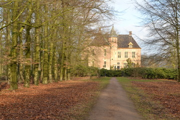 kasteel met oprijlaan bij Vorden gemeente bronckhorst in winterzonnetje
