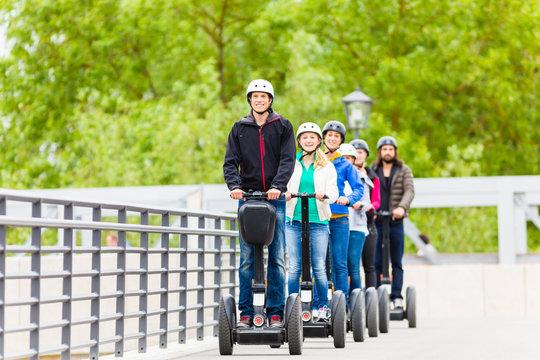 Touristen Gruppe fährt Segway bei Sightseeing Tour
