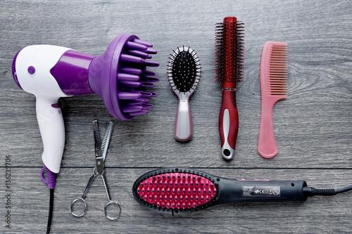 mat riel de coiffure s che cheveux lisseur brosse peigne ciseaux stock photo and. Black Bedroom Furniture Sets. Home Design Ideas