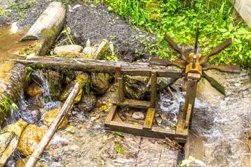 Wasserkraft bewegt das Wasserrad im Bachlauf