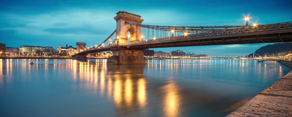Fotomurales - Czechenyi Chain Bridge in Budapest, Hungary, early in the mornin