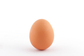 Яйцо куриное целое на белом фоне яркое пасхальное