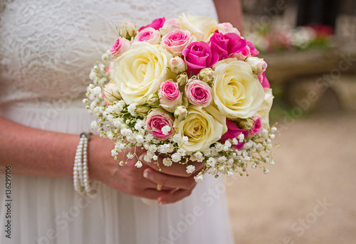 Braut Halt Brautstrauss Zur Trauung Mit Pinken Und Weissen Rosen