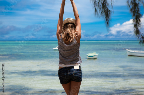 Donna Di Spalle In Una Spiaggia Tropicale Immagini E Fotografie