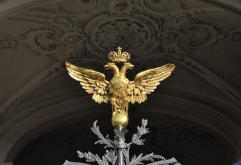 Двуглавый орел - герб России на воротах Зимнего дворца в Санкт-Петербурге