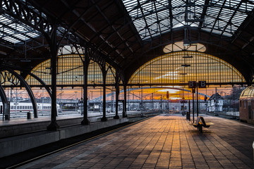 Fotobehang Treinstation Lübecker Hauptbahnhof in der Abendstunde