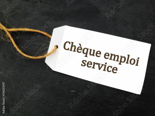 Ch que emploi service sur tiquette sur fond ardoise for Jardinier cheque emploi service
