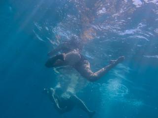 frau und mann schwimmen