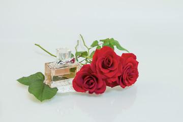 아름다운 장미꽃과 향수