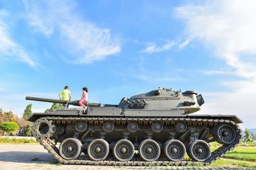 tank üzerindeki meraklı çocuklar