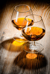 Fototapete - Whiskey or brandy on a wooden table