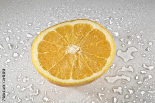 foto orange aufgeschnitten auf weisser glasplatte mit wassertropfen. Black Bedroom Furniture Sets. Home Design Ideas