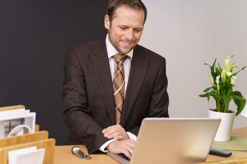 manager im hotel arbeitet am laptop