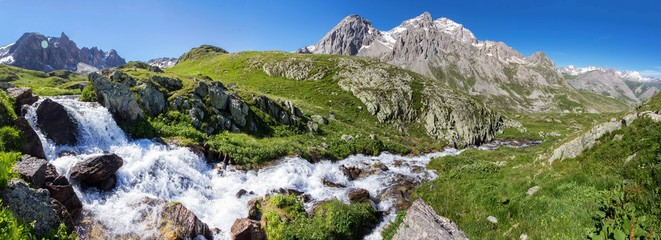 Photo sur Aluminium Alpes Waterfall in muntains europe Alps