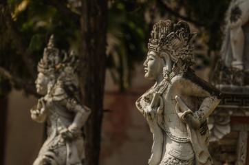 zwei skulpturen in tempel