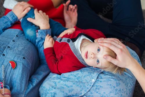 Мальчик лежит на кровати фото фото 170-584