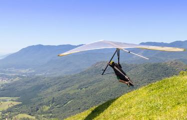Saltando da montanha com asa-delta.
