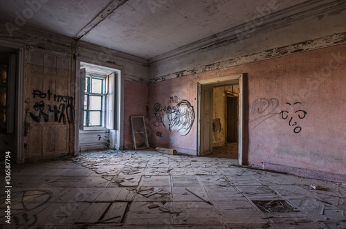 zimmer mit graffiti in alten schloss stok g rseller ve telifsiz g rseller 39 da. Black Bedroom Furniture Sets. Home Design Ideas
