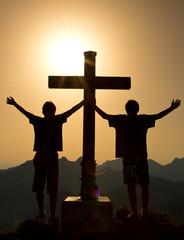 Zwei Freunde strecken am Berggipfel die Arme in die Höhe