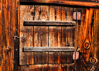 маленькая деревянная дверь