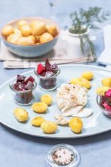 Gebratenes Kabeljaufilet mit Röstkartoffeln und Rote Beet Salat
