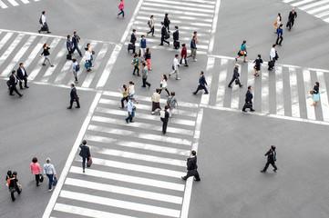 Menschen auf einer Straßenkreuzung in Tokyo, Japan