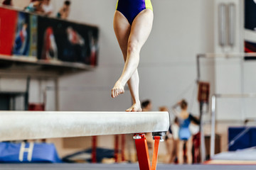 In de dag Gymnastiek young girl athlete gymnast on balance beam competition in gymnastics