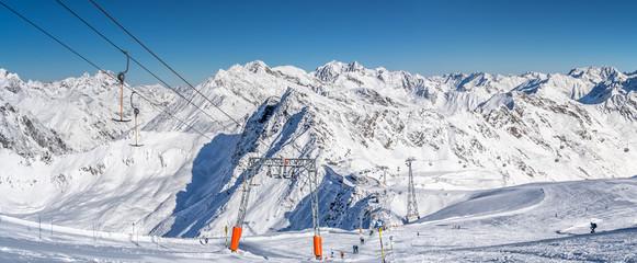 Skigebiet Soelden Alpenpanorama - Skifahrer und Skipisten in den Oetztaler Alpen Tirol
