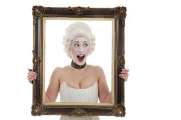 femme dix-huitième siècle avec perruque tenant cadre peinture