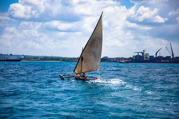 Традиционная рыбацкая лодка Доу остров Занзибар.